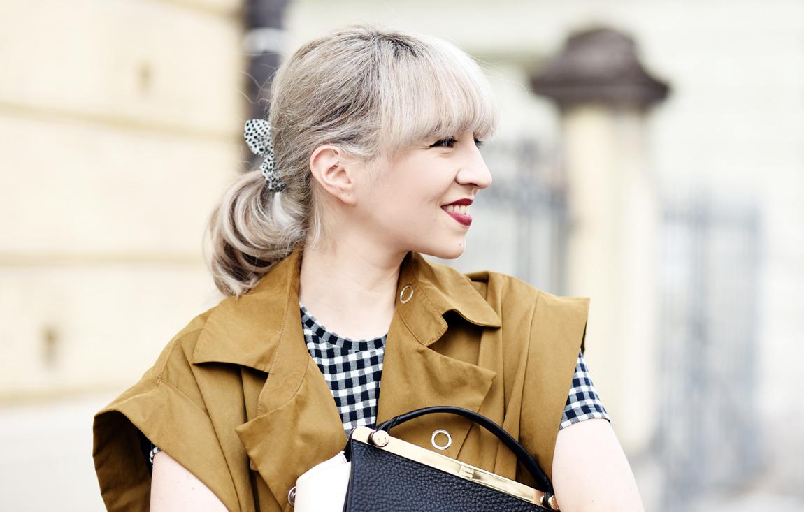 portrait-vichy-karo-trenchcoat-sleeveless-aermellos-senf-olive-gruen-trend-mode-fahsionblogger-modeblog-muenchen-nachgesternistvormorgen-furla-bag-tasche-outfit