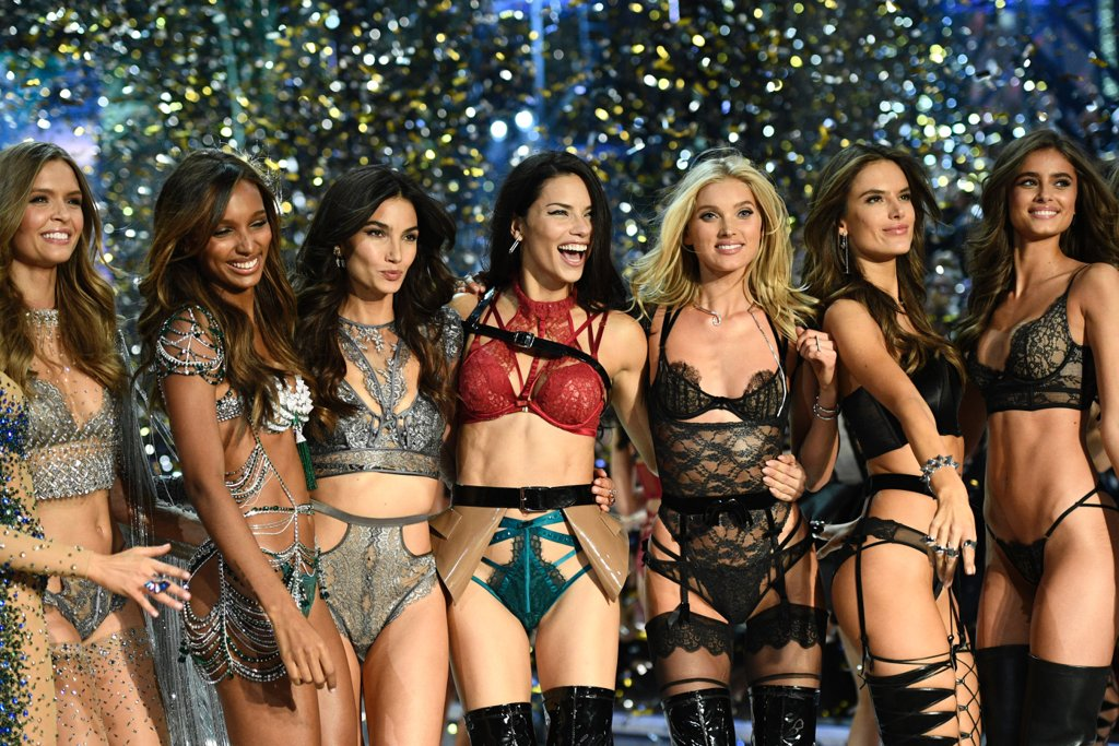 victorias-secret-fashion-show-2016-paris-catwalk00001