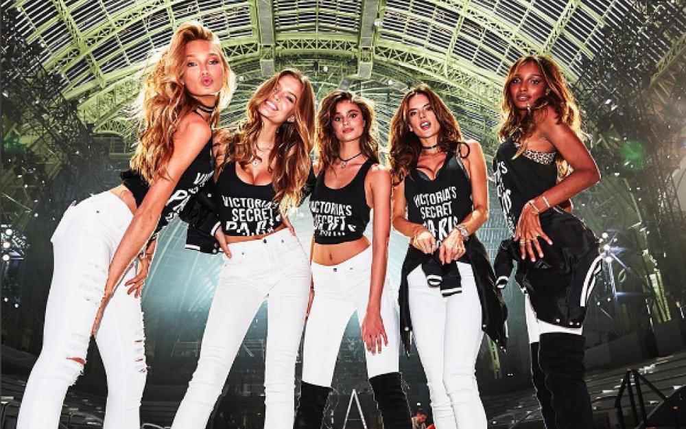 victorias-secret-fashion-show-2016-paris-catwalk00001