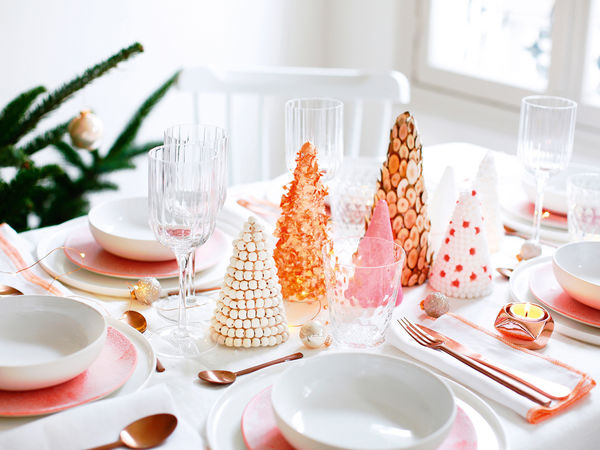 un-centre-de-table-en-sapins-decores-pour-noel